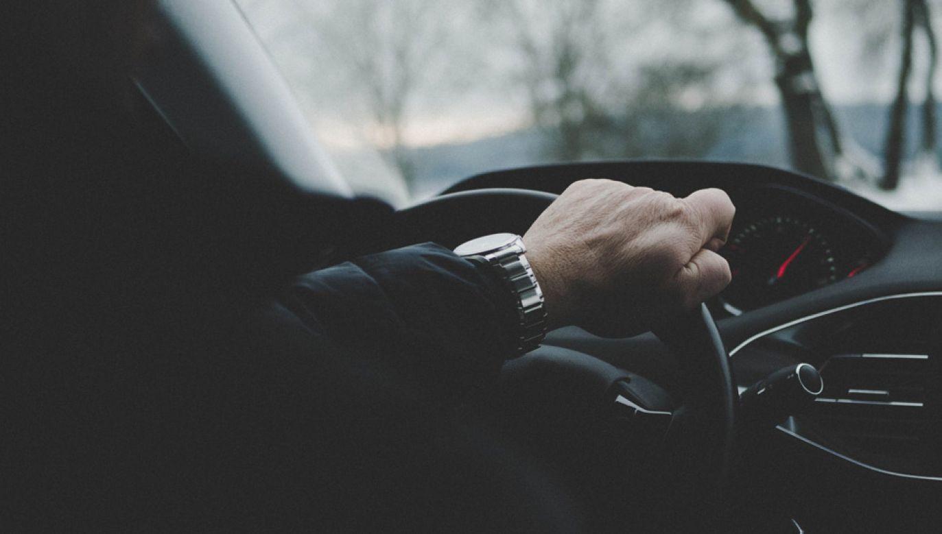 Systemy pomagające kierowcom poruszać się po drogach mogą być podstawą do oblania egzaminu (fot. Pexels)
