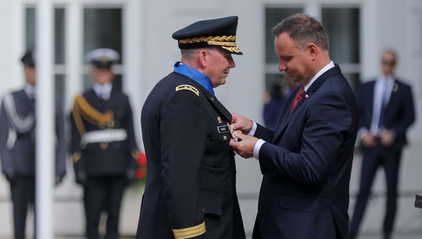 Amerykański generał Richard J. Hayes (L) został  odznaczony przez prezydenta Andrzeja Dudę (fot. PAP/Jakub Szymczuk)