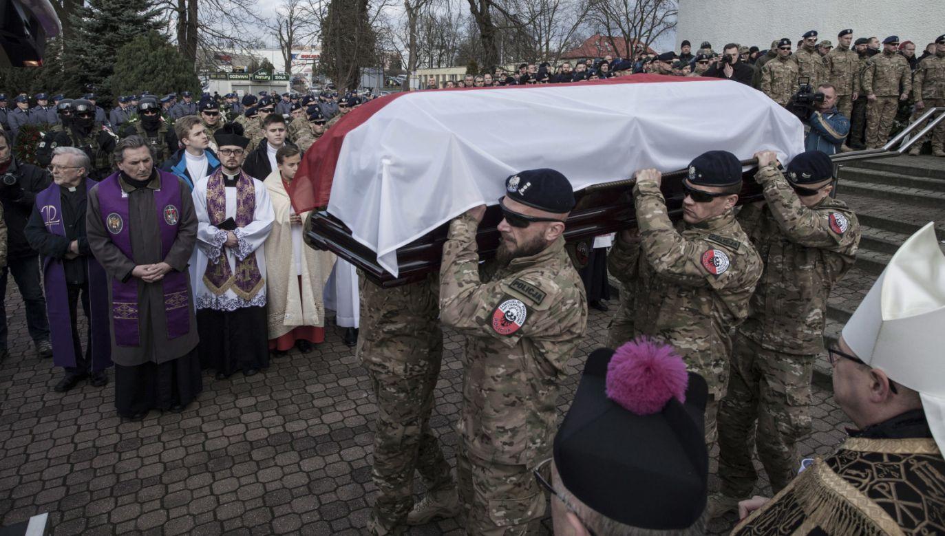 Kondukt żałobny na pogrzebie podkomisarza Mariusza Koziarskiego (fot.  PAP/Aleksander Koźmiński)