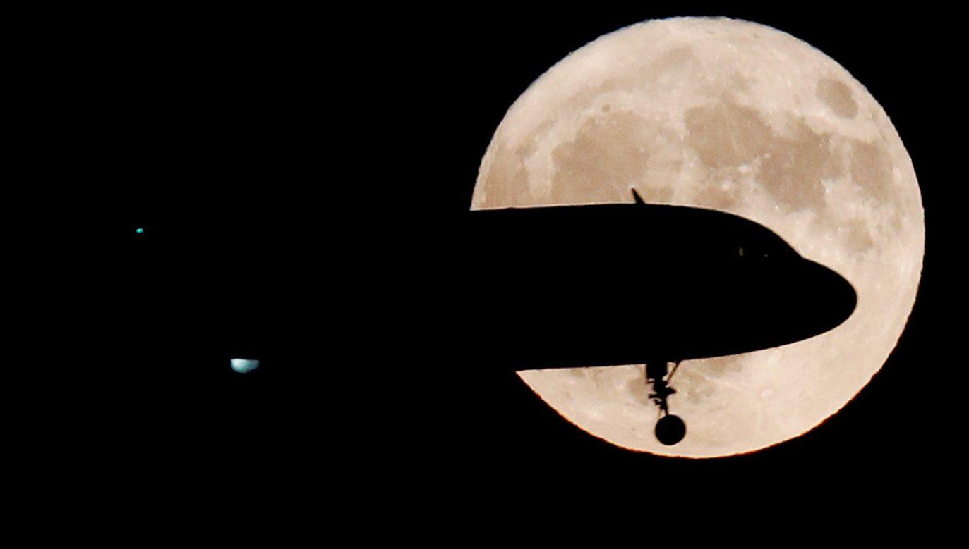 """Lutowy superksiężyc określany jest przez NASA mianem """"śnieżnego"""" (fot. REUTERS/Max Rossi)"""
