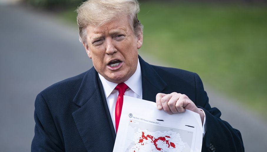 Prezydent USA pokazał dziennikarzom mapy z zaznaczonym kurczącym się obszarem zajmowanym przez IS (fot. PAP/EPA/JIM LO SCALZO)