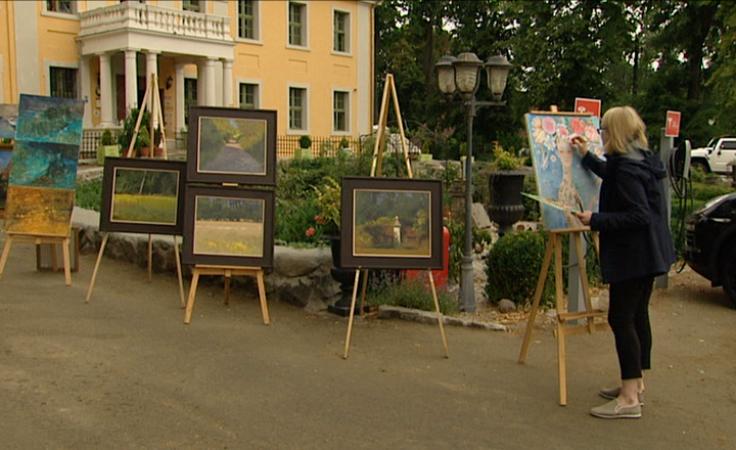 8 artystów w pałacu na międzynarodowym letnim plenerze malarskim